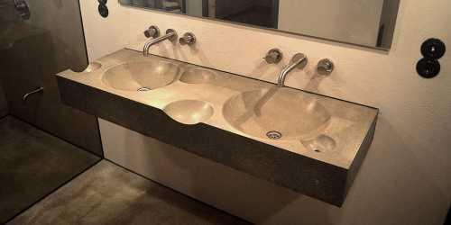 Badezimmergestaltung mit bodenebener Dusche und Betonwaschtisch
