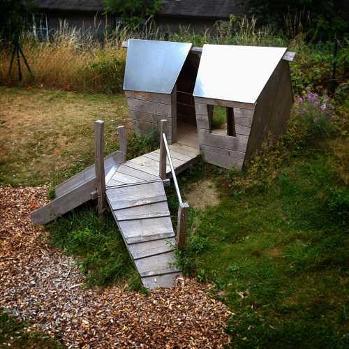doppeltes Spielhaus mit Kletteraufstieg und Rutschebene, gebaut für den Kindergarten Lichtenberg;  unbehandeltes Robinienholz und Edelstahl