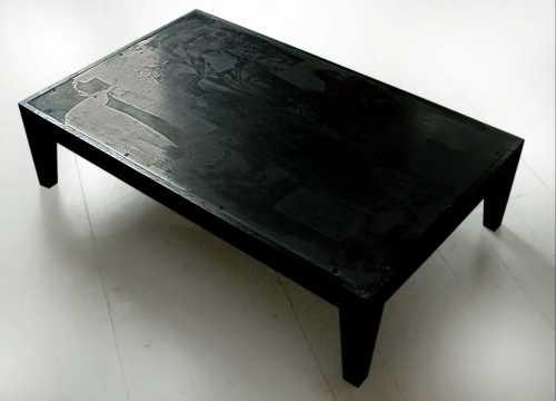 Beistelltisch; Eichenholz und Stahl, 780 x 483 x 200 mm; Das Tischgestell ist mit Eisensalzen, die mit den holzeigenen Tanninen chemisch reagieren, schwarz gefärbt und geölt, die Stahlplatte ornamental geätzt und brüniert.