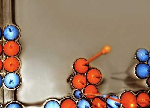 Wasserfestes Schachspiel - für die Badewanne oder den Ausflug zum See;  Detailansicht der Schwimmer-Schachfiguren, gedrechseltes Lindenholz, farbig lackiert, zwischen 100 und 400 mm;