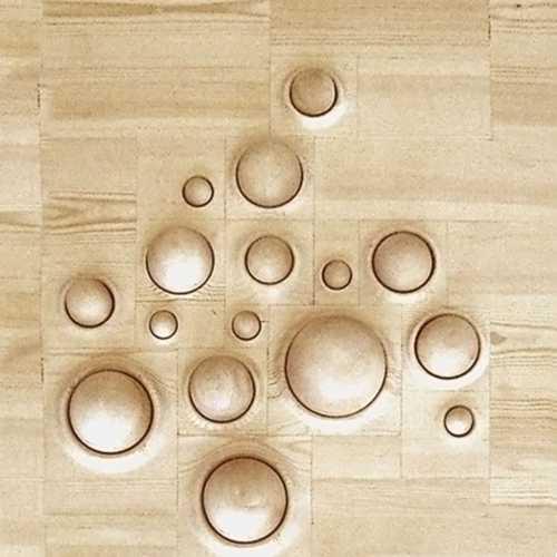 Tastflächen für Behinderteneinrichtungen und Kindergärten. Die Halbkugeln dieses Objektes sind federnd gelagert und nicht herausnehmbar. Die Tastflächen können mit Händen und Füßen